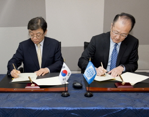 President of Seoul National University OH Yeon-Cheon and World Bank President Jim Yong KIM are signing MOUs in Washington.
