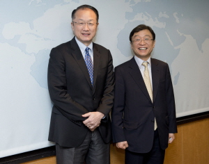 President of Seoul National University OH Yeon-Cheon and World Bank President Jim Yong KIM