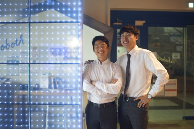 LEE Kwangho (left) and PARK Senghwan of Axis Light Team, winner of the 2016 E2 FESTA Capstone Design Award
