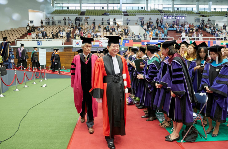President SUNG Nak-in and Professor SONG Ho Keun are walking down from the stage
