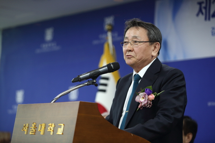 SNU Professor Emeritus CHON Kyung Soo, Dr. Kim Jaegwon's nephew-in-law, received the award for Dr. Kim.