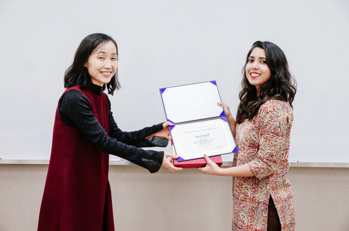 Professor Dr Son Jeong CHO, the Director of SNU's Human Rights Center, hands over the course certificate to Ashna Singh, a participant from India. © Juni