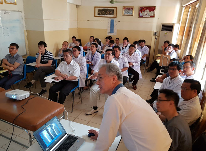 Dr. Kim In Kwon gives a lecture on joint surgery to Laotian doctors.