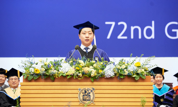 Park Seong-tae is giving the valedictorian speech at the 72nd summer graduation ceremony