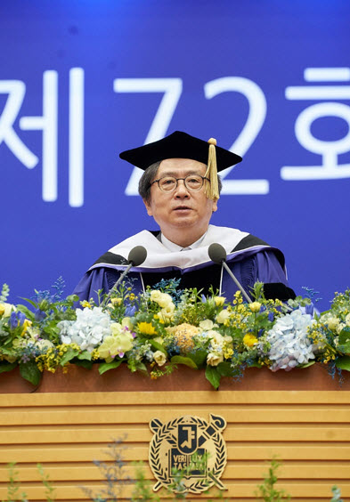 Professor Kim Ho-dong is giving the commencement speech