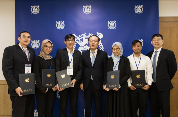 (From left) Sanchez Gonzalez Rene Esteban (Panama), Dewi Anggia Utami (Indonesia), Hoang Khoa Viet Bach (Vietnam), President Oh Se-Jung, Pinanga Yangie Dwi Marga (Indonesia), Shakya Prabin Raj (Nepal), and Associate Dean of International Affairs Cha Suk Won)